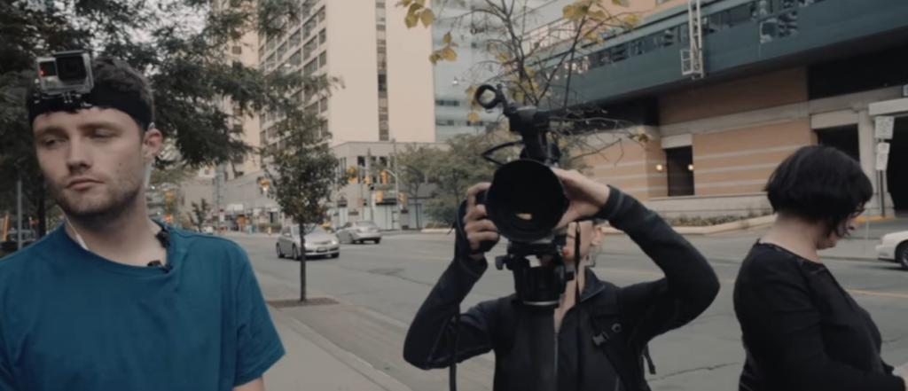 Photo montrant les personnes filmant le film lors du tournage.