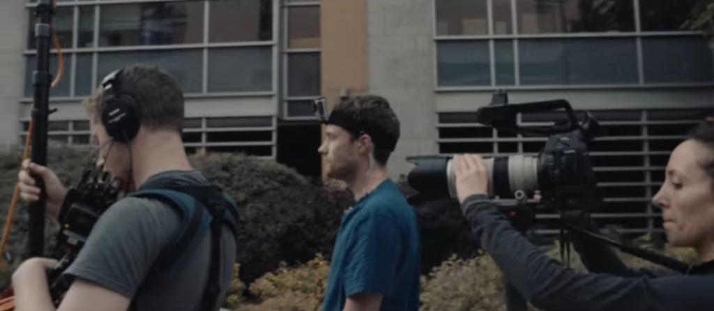 Photo de l'équipe de tournage en action.